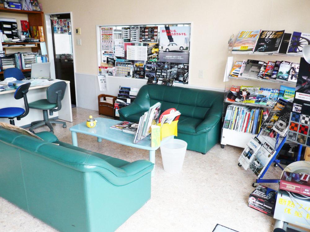 オートファッションハウスサクセスの店内にあるソファー商談スペース